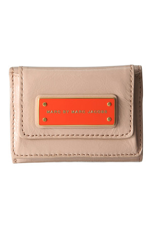 SALE �y30%OFF�z [MARC BY MARC JACOBS �}�[�N BY �}�[�N�W�F�C�R�u�X] TOO HOT PTNT_NEW SHORT TRIFOLD �x�[�W�� ELLE SHOP �ʔ�